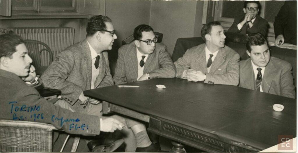 Congresso FGEI Torino 1956. Attorno al tavolo, alcuni dei promotori del CDEC, da sx: Robertino Di Castro; Roberto Bassi; Lello Massarek; Sergio Terracina; Lello Anav