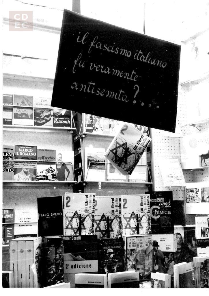 La copia del Secondo Quaderno esposta in una libreria di Monza, Archivio Fondazione CDEC